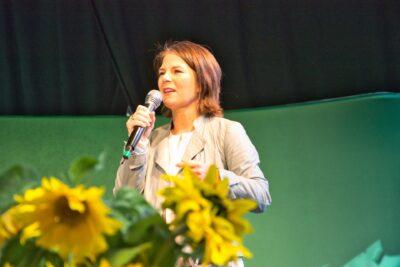 Annalena Baerbock bei einer Rede im Klostergarten