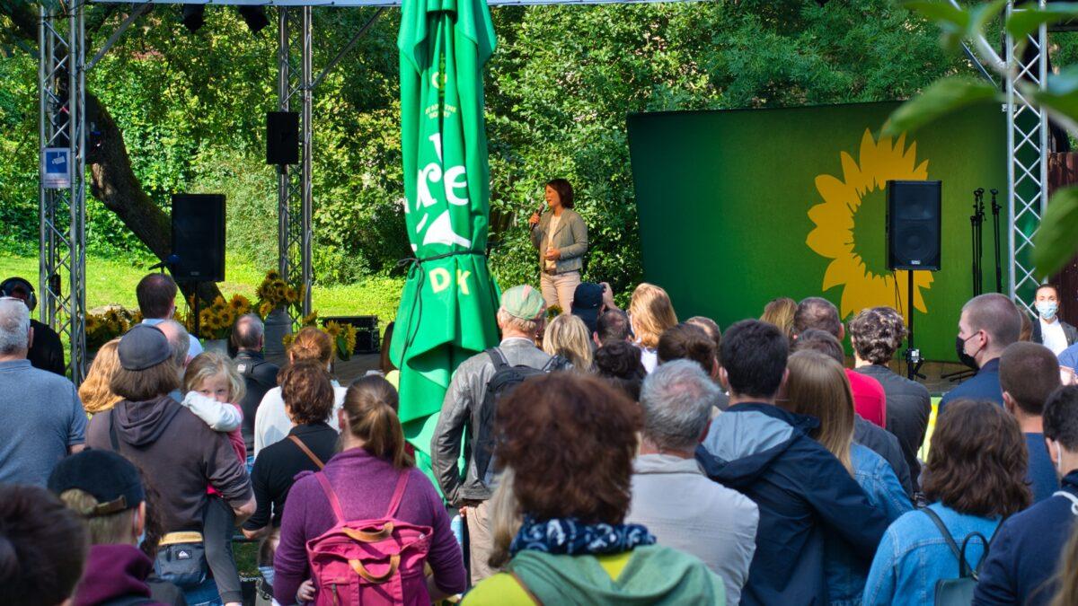 Annalena Baerbock bei einer Veranstaltung im Klostergarten