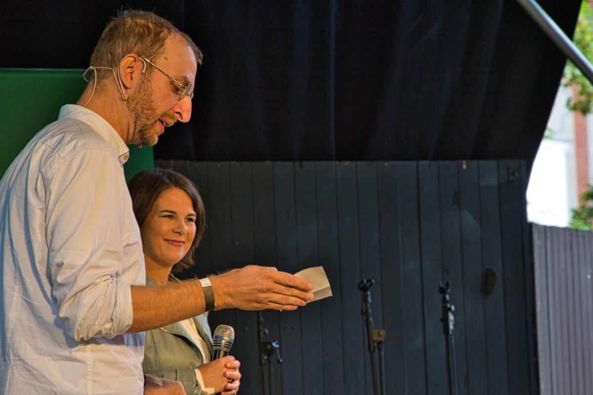 Annalena Baerbock und Christopher Dietrich im Klostergarten